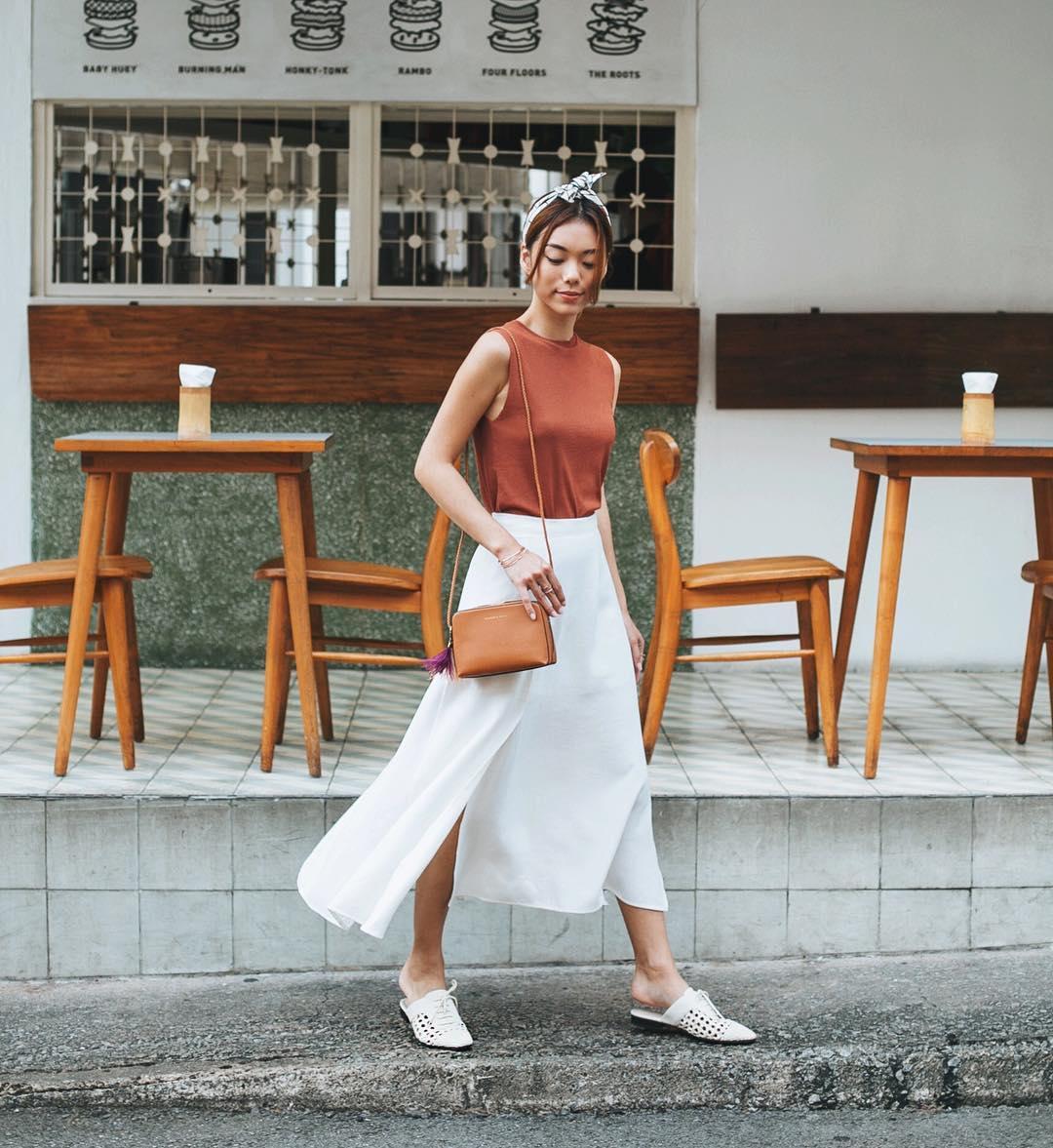 Phụ kiện thời trang cung xử nữ - Cô gái mặc áo nâu chân váy trắng mang giày mules mũi nhọn