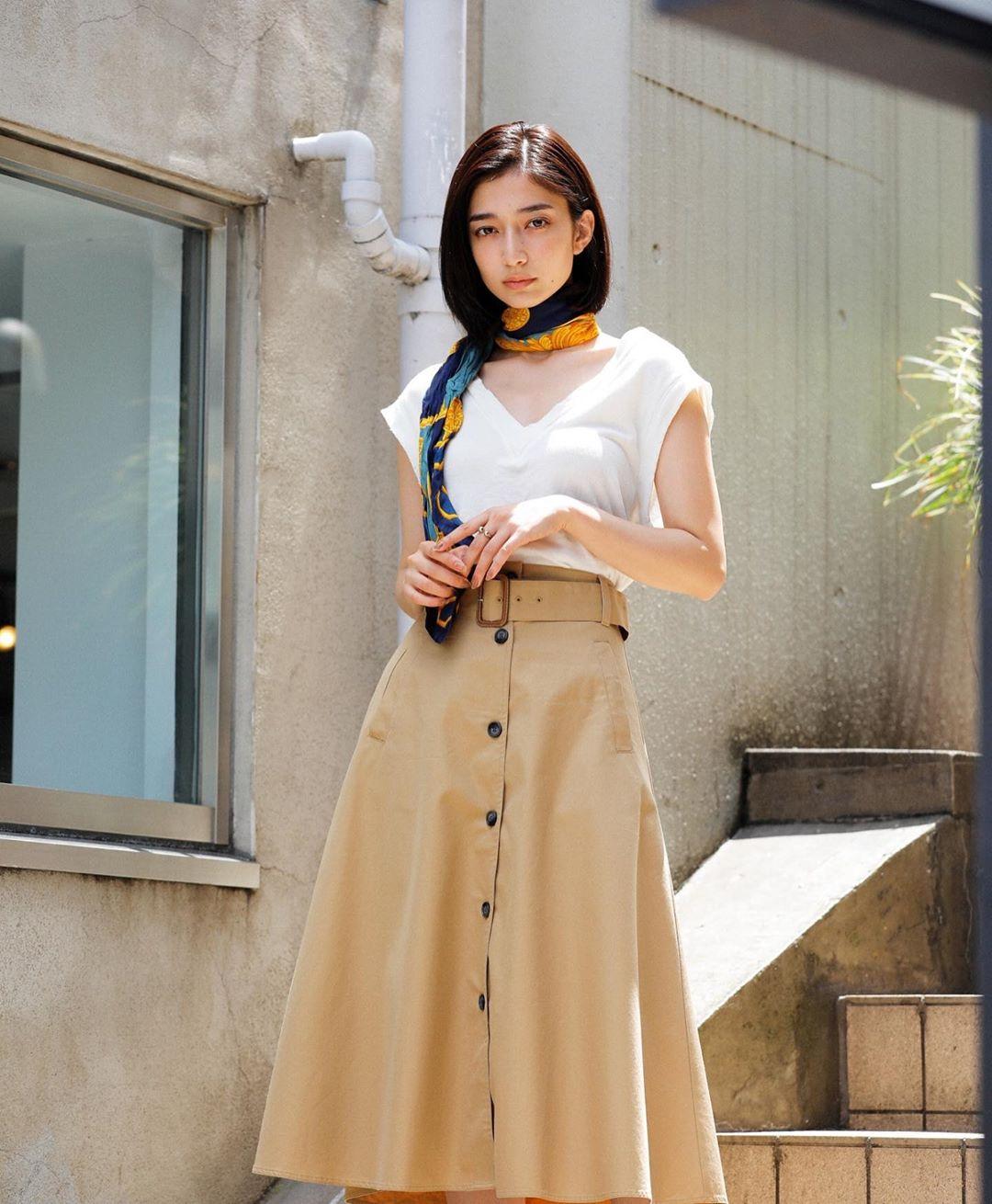 Phụ kiện thời trang cung xử nữ - Cô gái mặc áo trắng, chân váy xòe, thắt khăn quàng