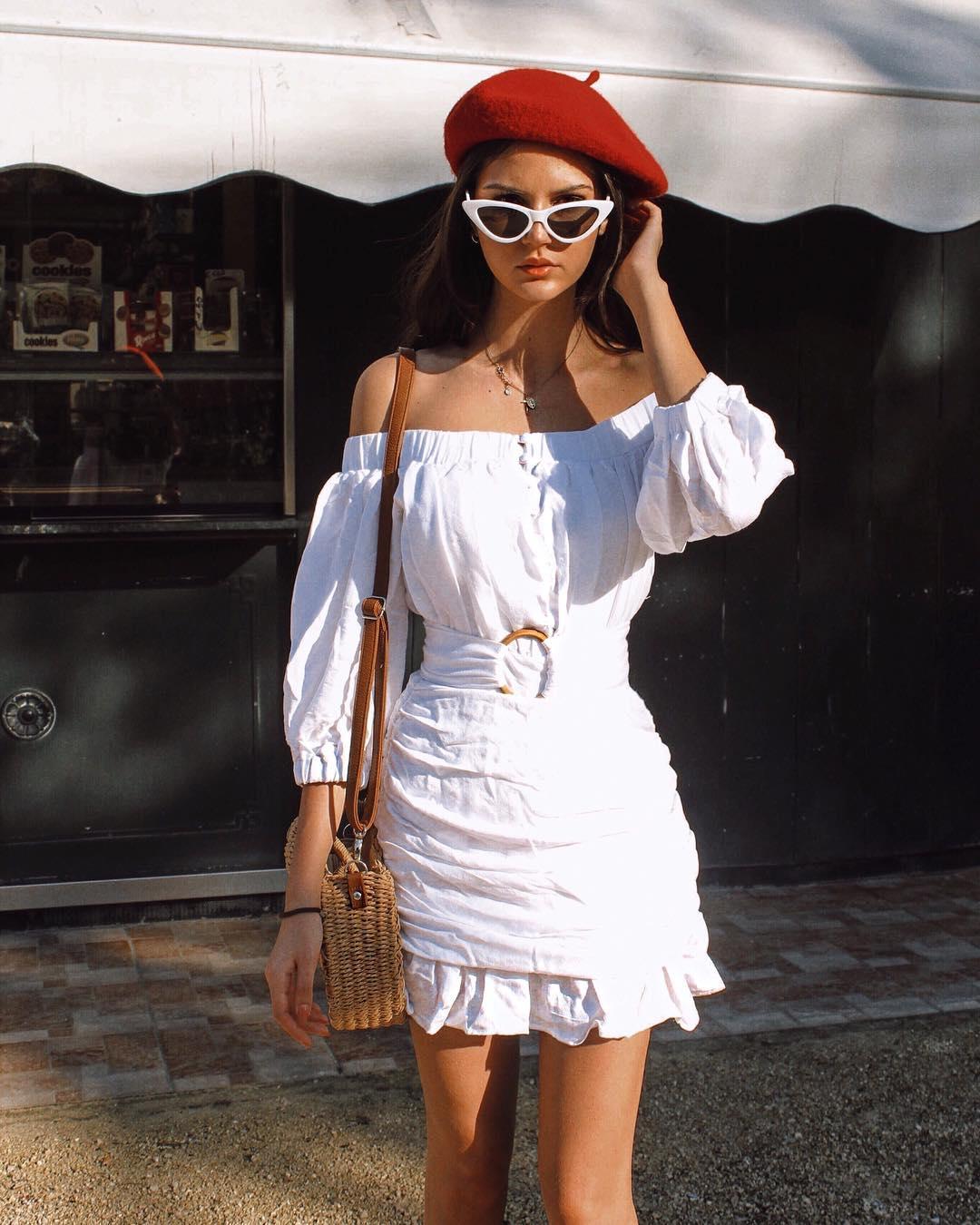 Phụ kiện thời trang cung xử nữ - Cô gái mặc váy trắng, đội mũ nồi đỏ, đeo kính mắt mèo