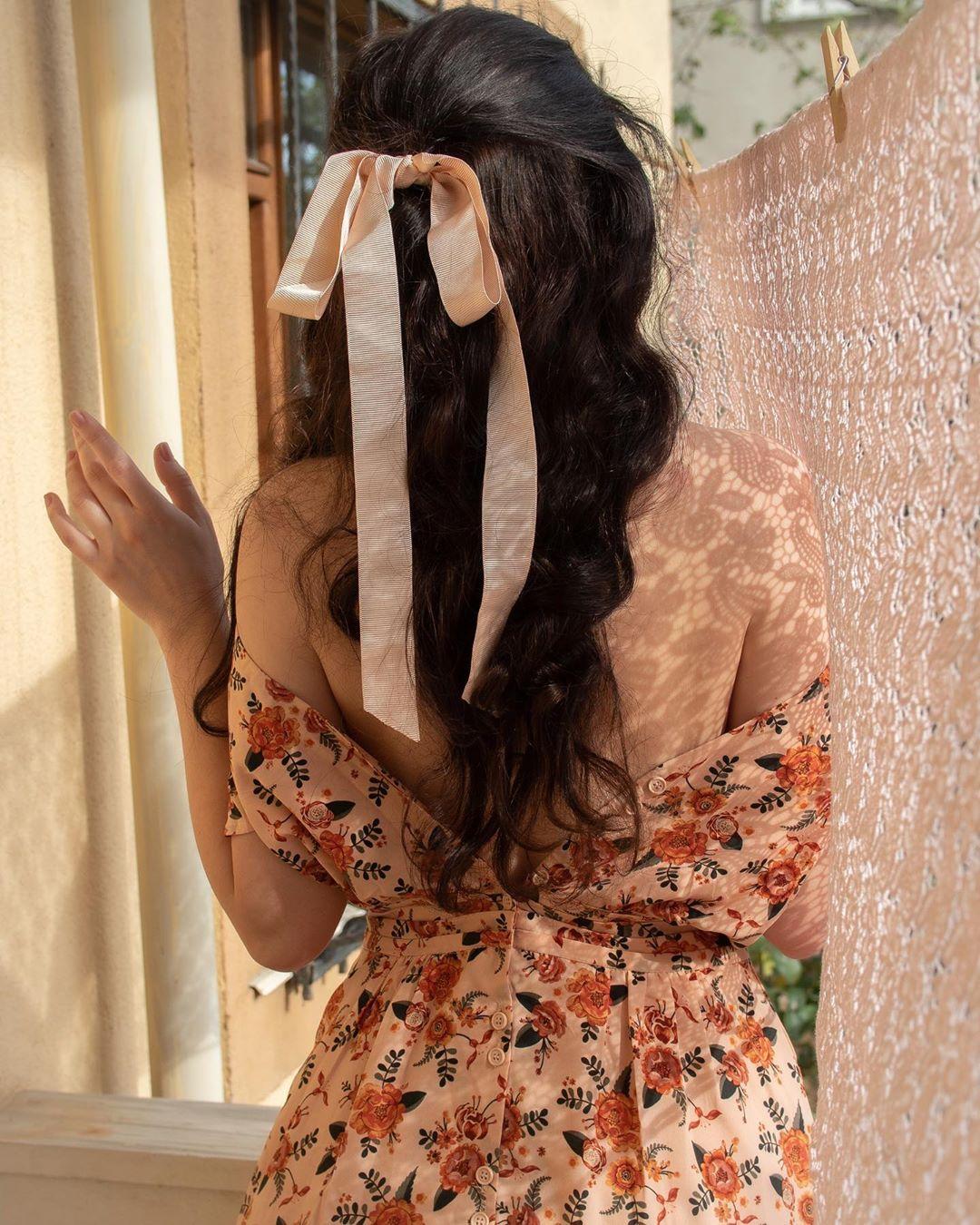Phụ kiện thời trang cung xử nữ - Cô gái mặc váy hoa, buộc tóc bằng ruy băng lụa