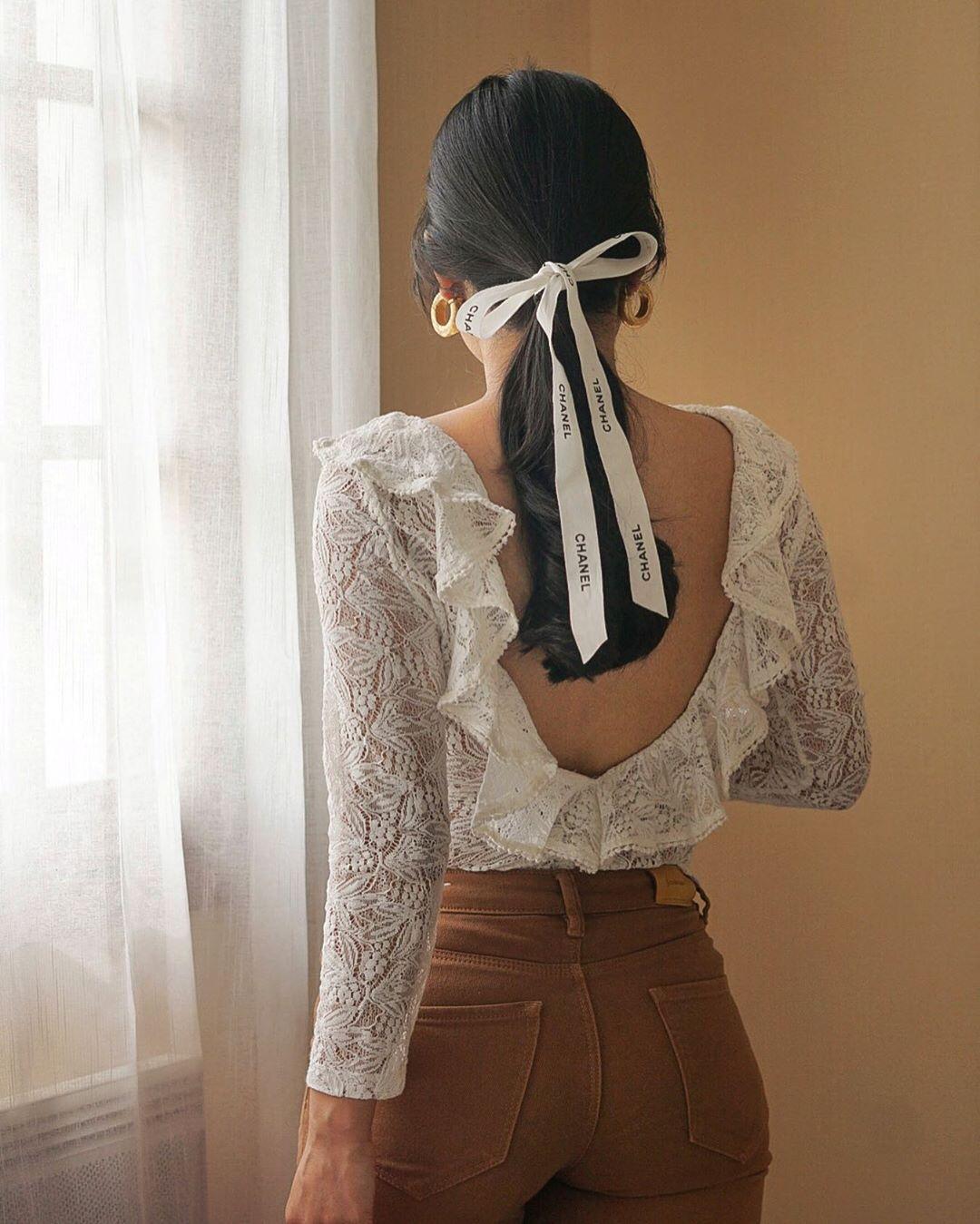 Phụ kiện thời trang cung xử nữ - Cô gái buộc tóc bằng ruy băng Chanel màu trắng