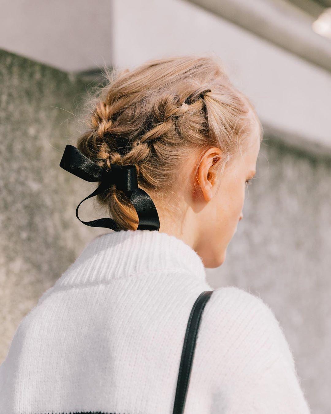 Phụ kiện thời trang cung xử nữ - Cô gái thắt tóc bằng ruy băng đen