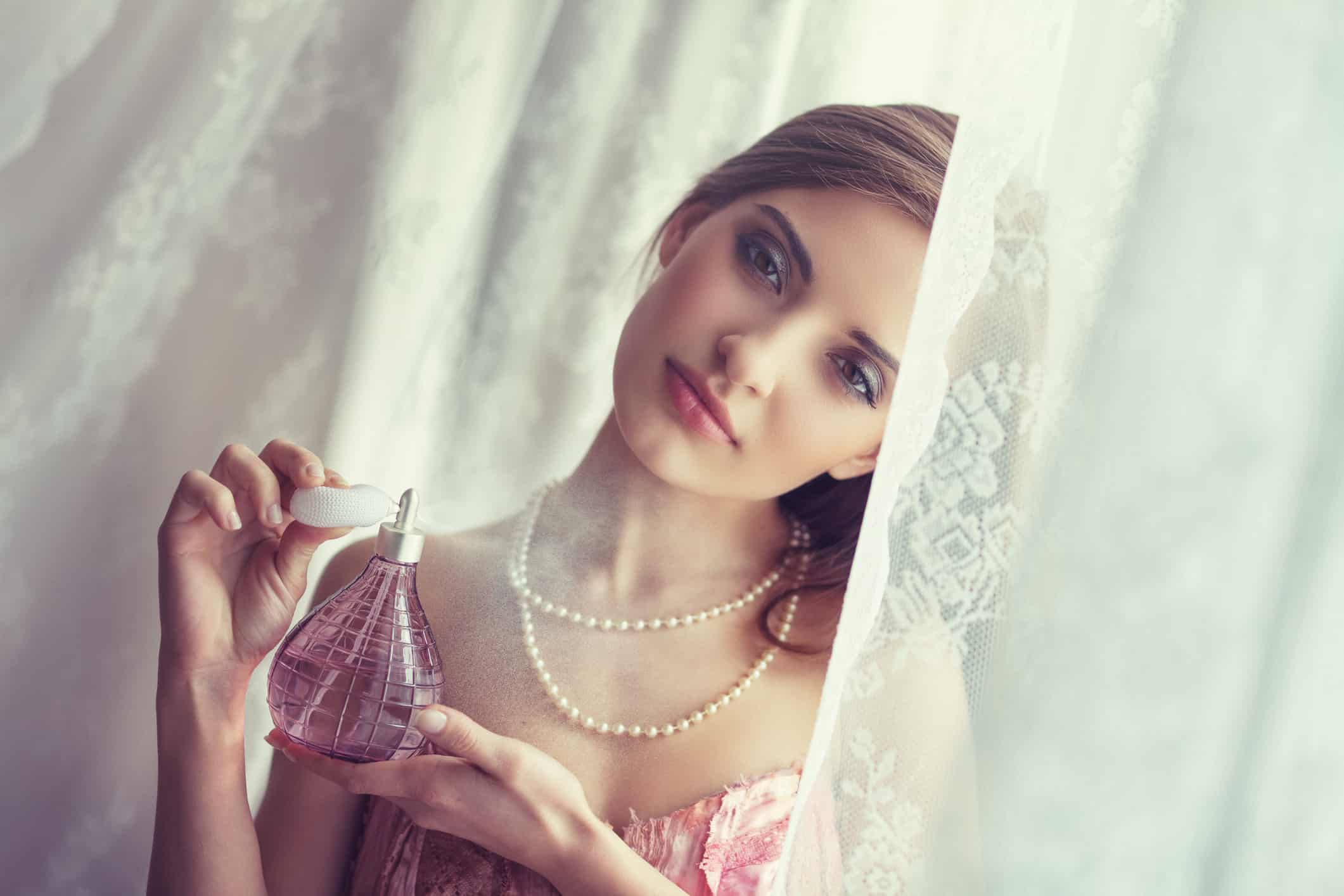 Mùi hương nước hoa tượng trưng cho sự quyến rũ và sức hút lạ kỳ của người phụ nữ.