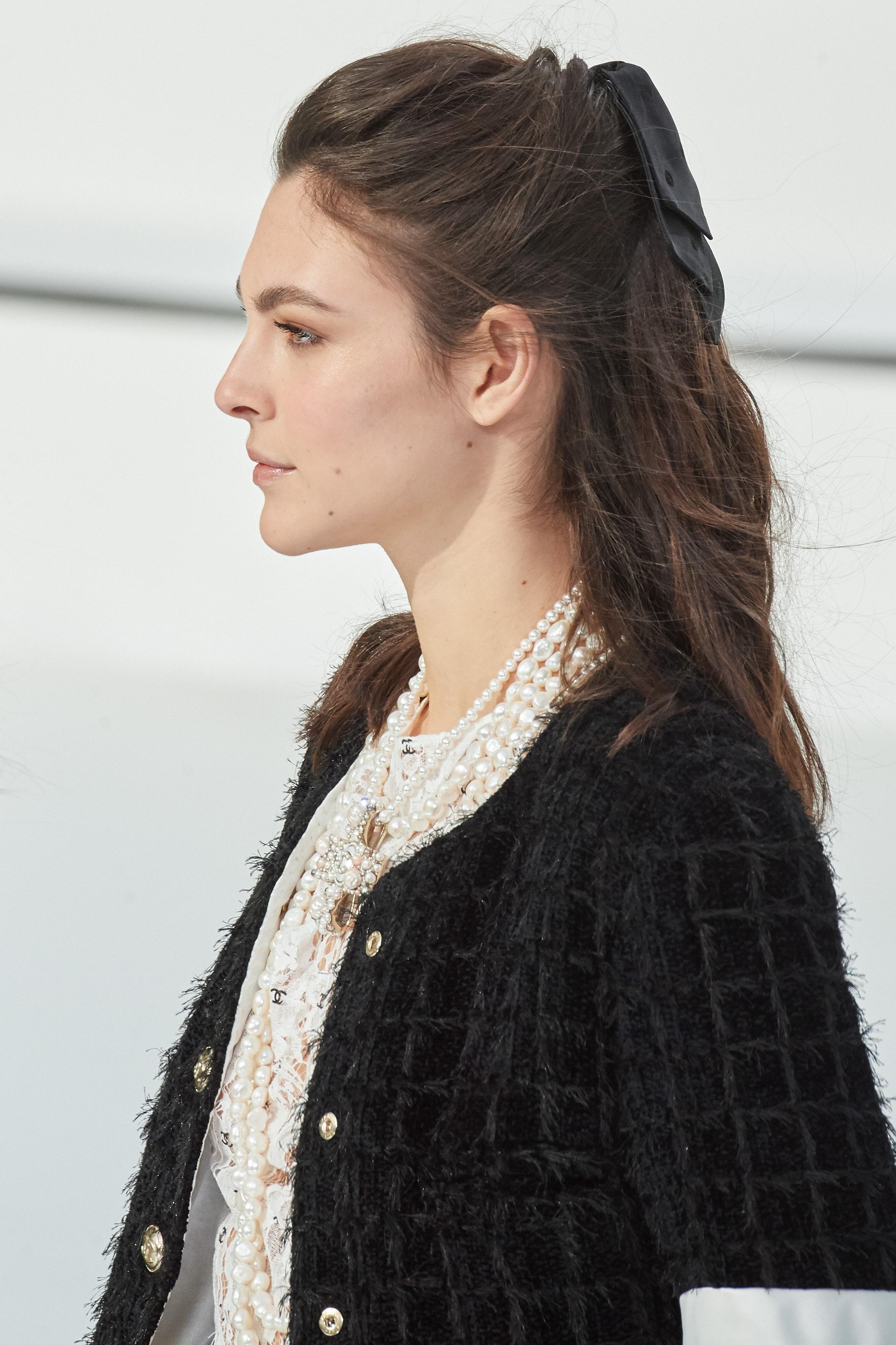 Phụ kiện tóc nơ to bản BST Chanel thu đông 2020
