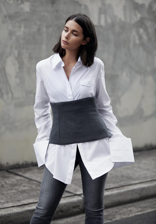 biến tấu đồ công sở mặc corset ngoài áo sơ mi