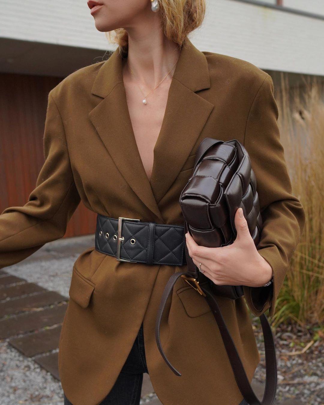 mặc đồ công sở áo blazer nâu thắt lưng đen