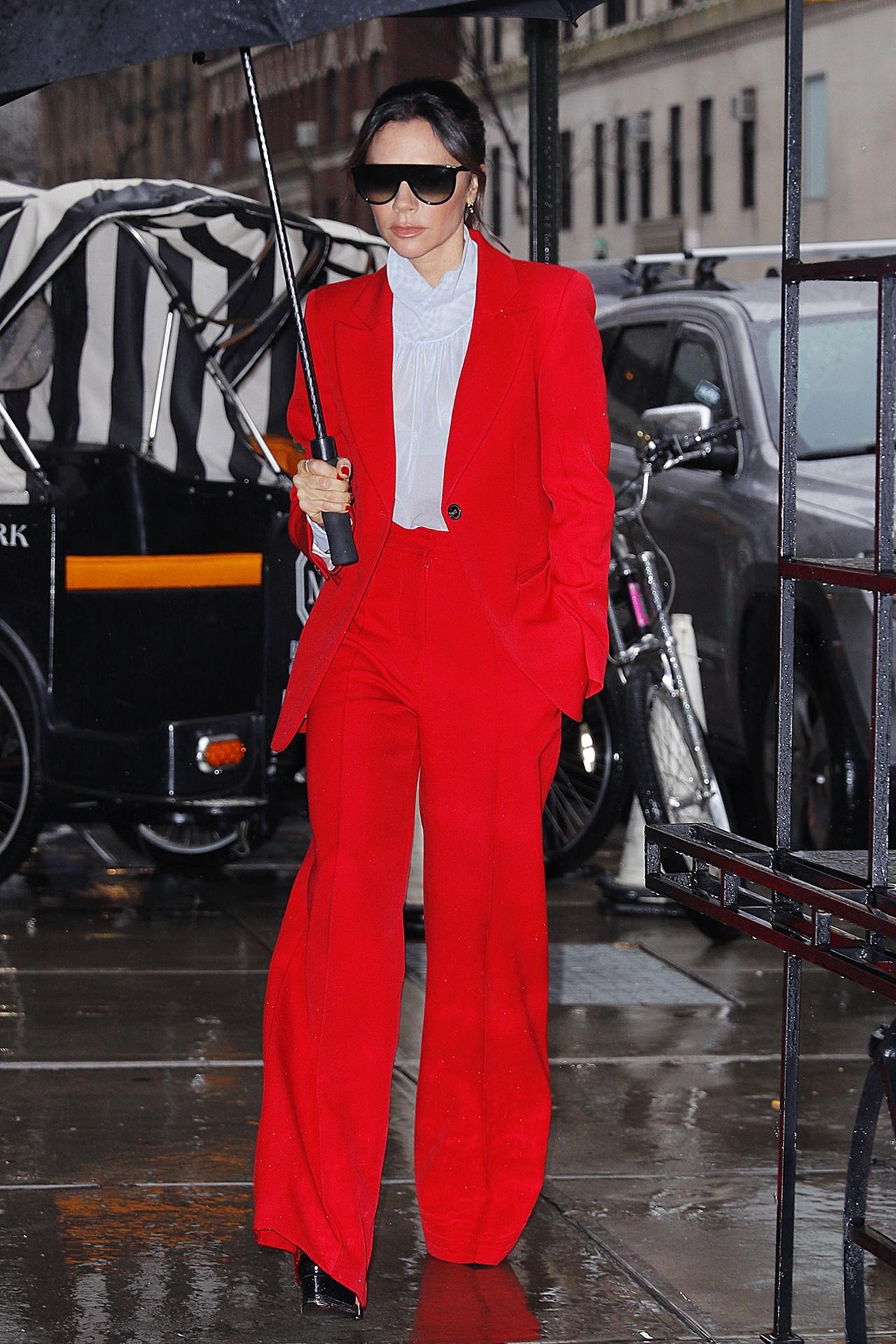 victoria beckham mặc đồ công sở pop of color màu đỏ