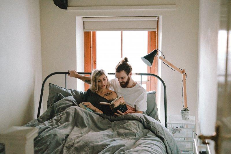 tình yêu cặp đôi đọc sách trên giường