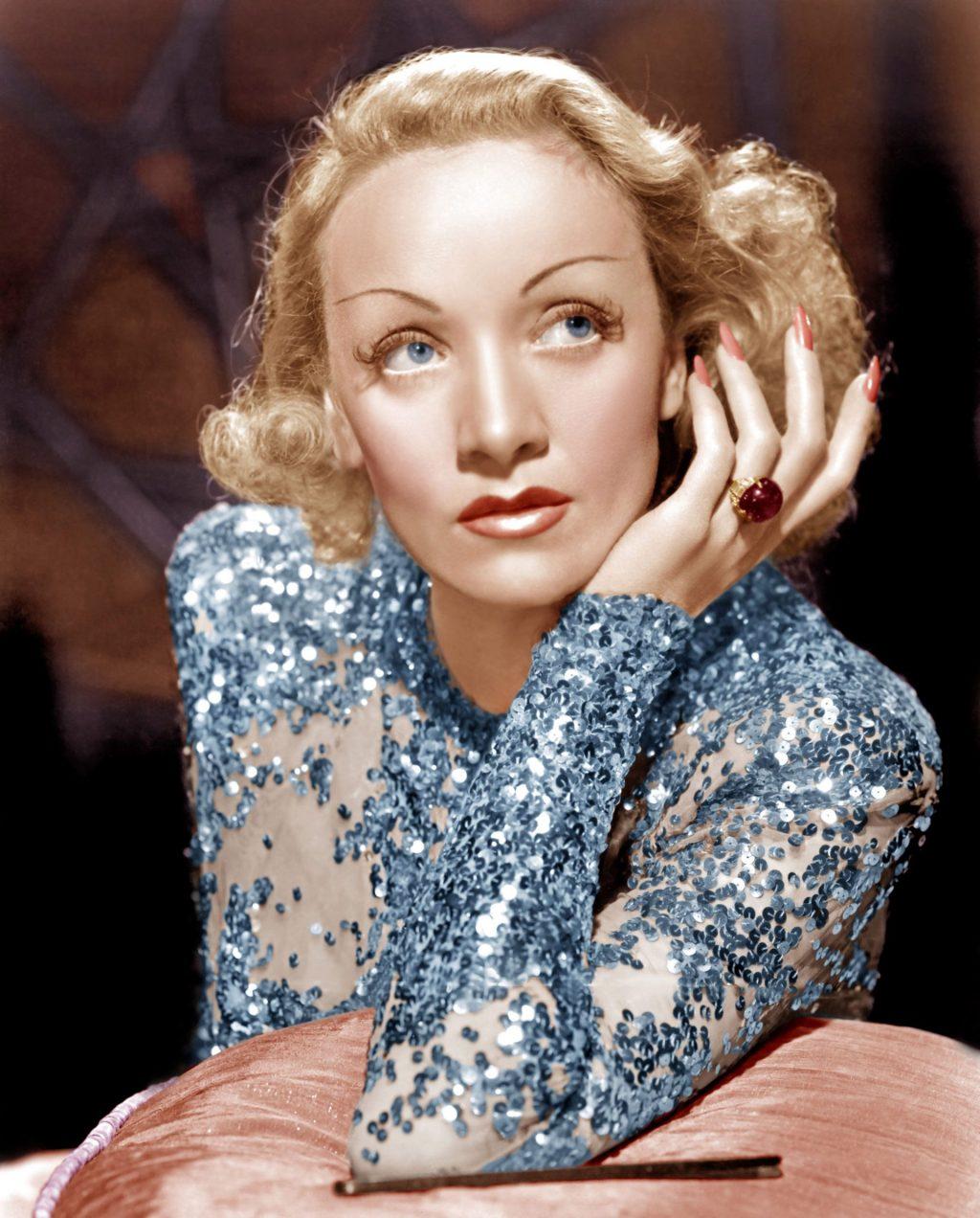 Marlene Dietrich với những đầu ngón tay được sơn đỏ hồng trong bộ phim rom-com Angel (1937).
