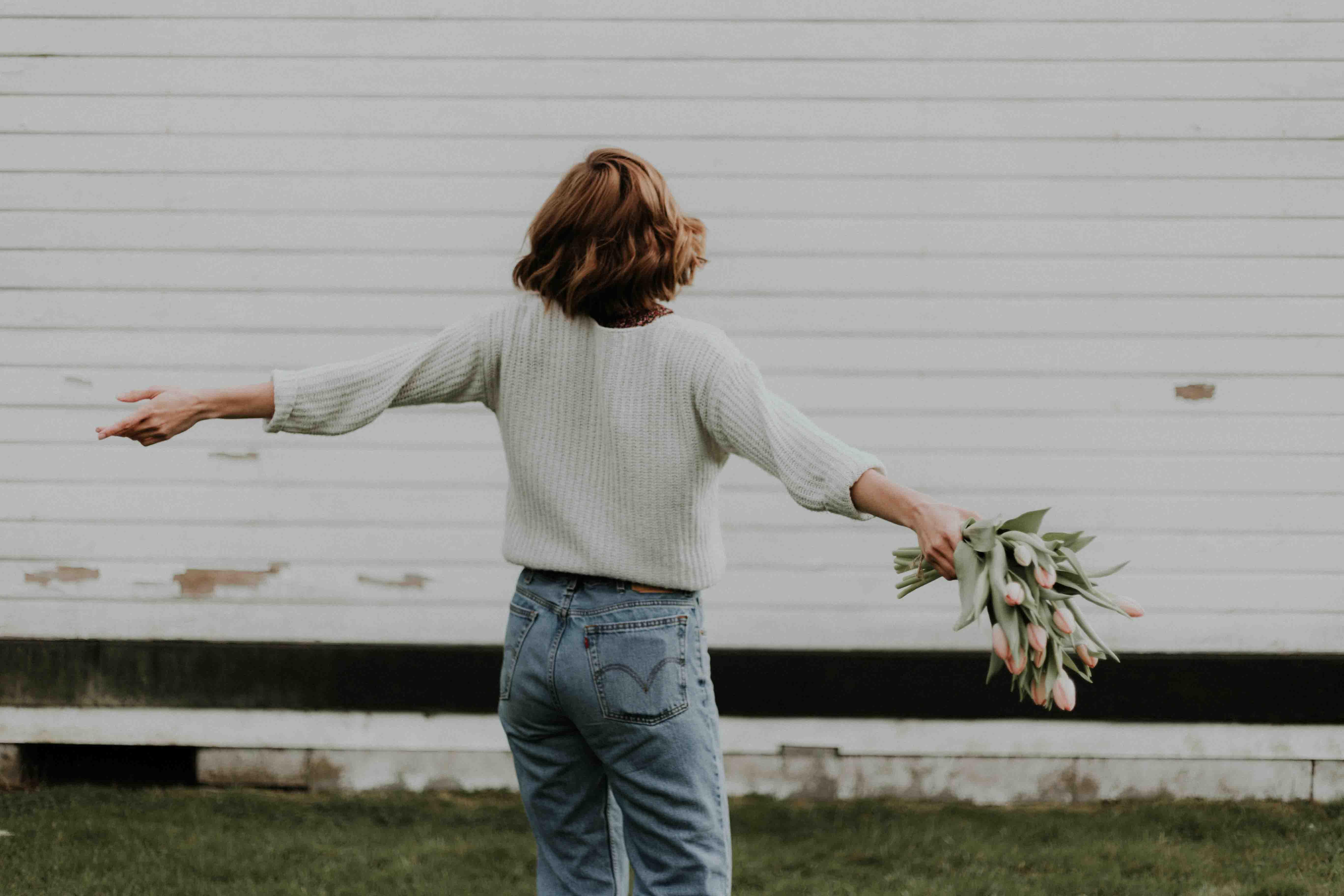 cô gái cầm hoa tulip hạnh phúc