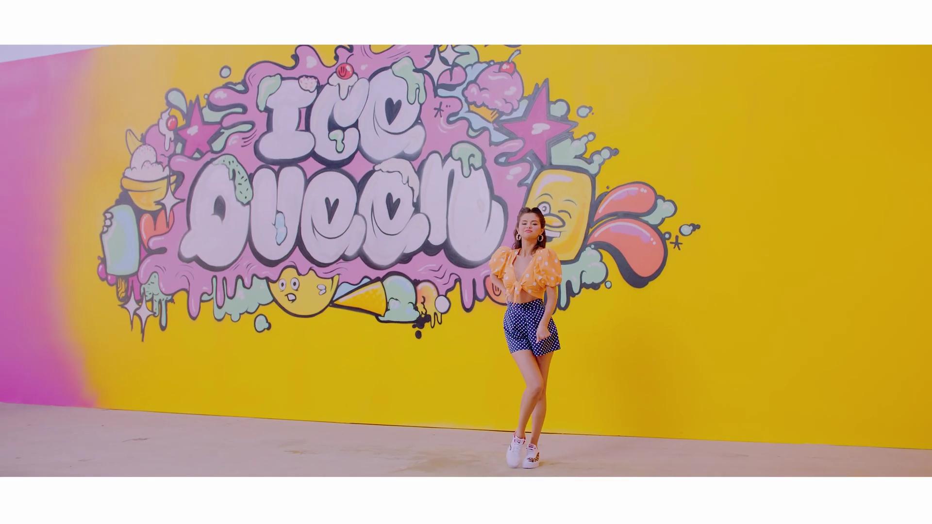 Selena Gomez mặc đồ chấm bi màu vàng và xanh trong mv ice cream với blackpink