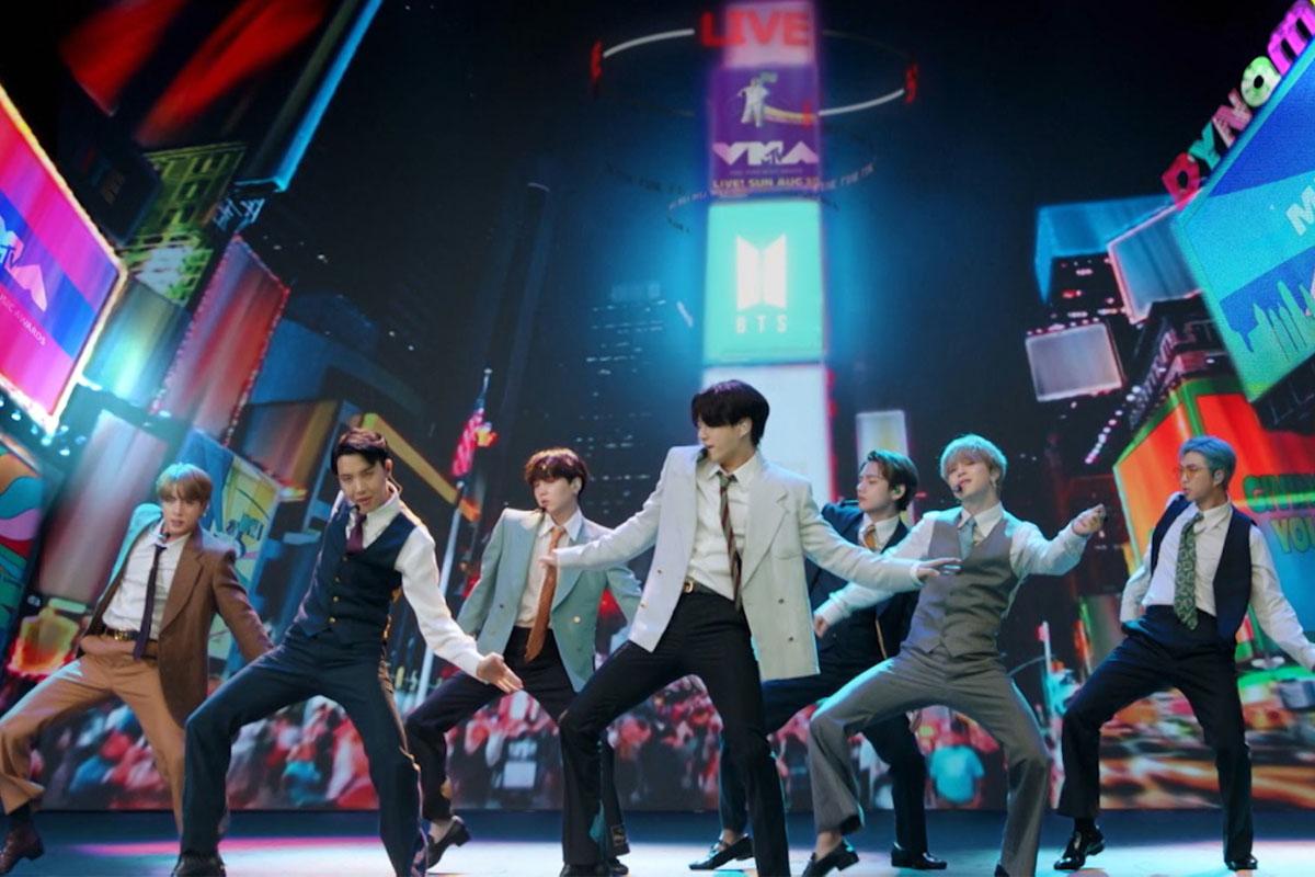 """BTS mặc suit biểu diễn """"Dynamite"""" từ Hàn Quốc cho VMAs2020 thảm đỏ"""