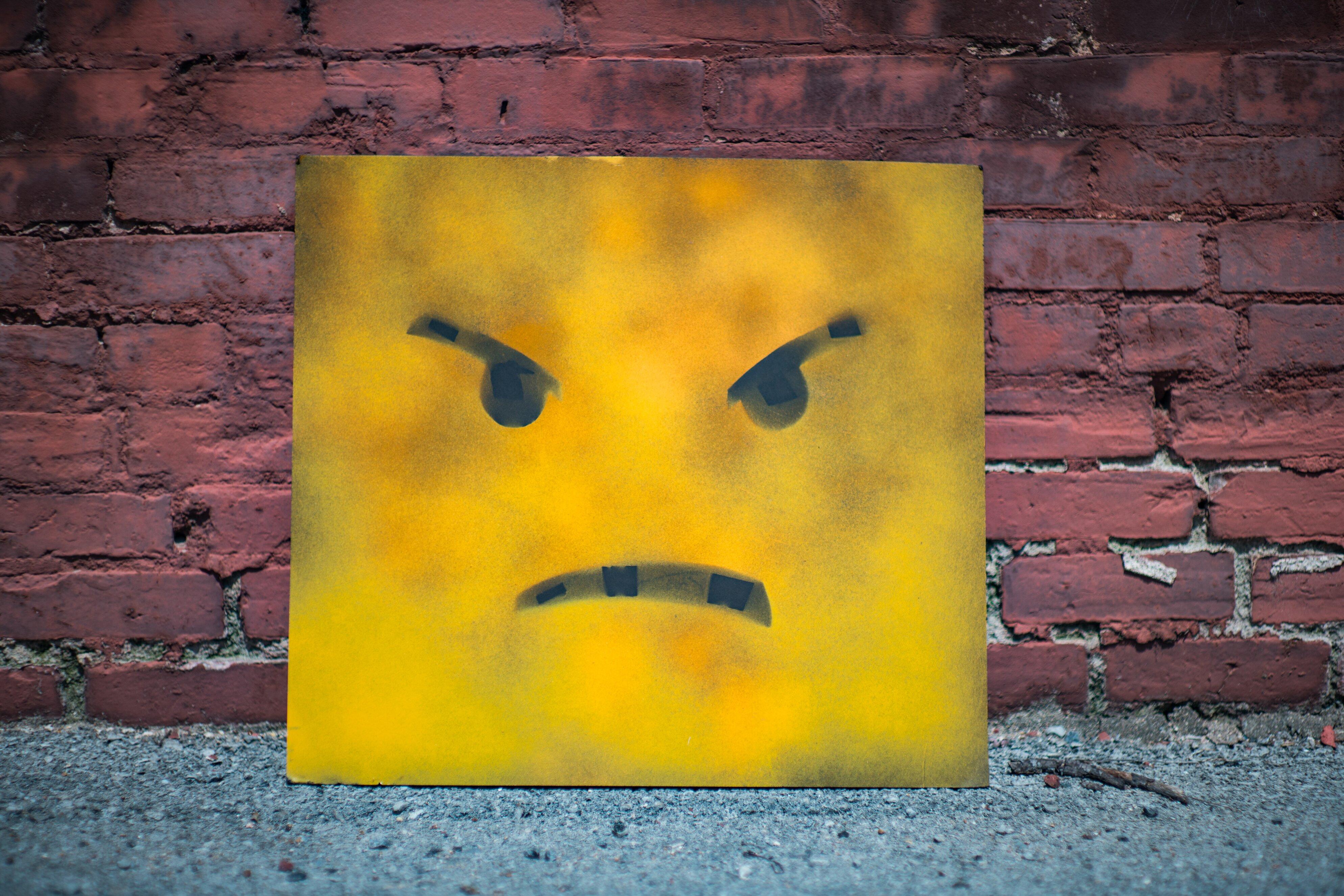 khuôn mặt giận dữ thay đổi