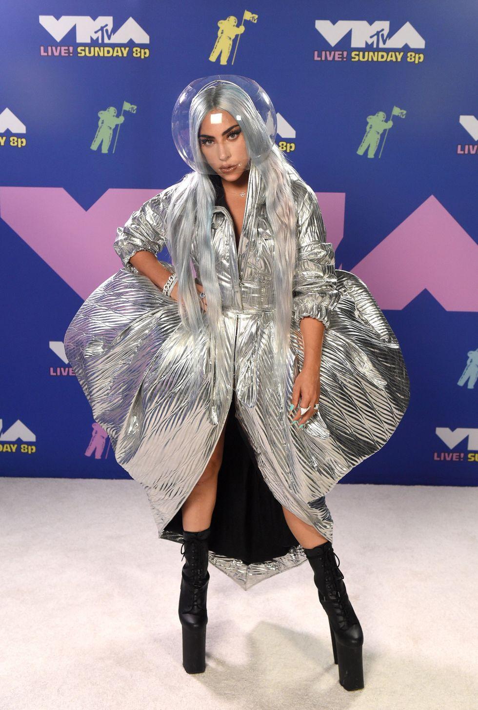 Lady Gaga mặc trang phục độc đáo tại thảm đỏ VMAS 2020