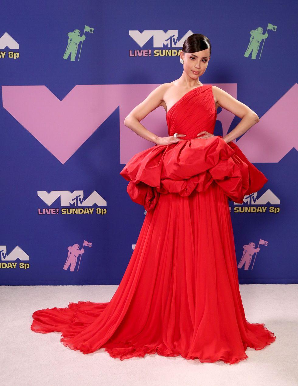 Sofia Carson cùng bộ váy đỏ tại thảm đỏ VMAS 2020