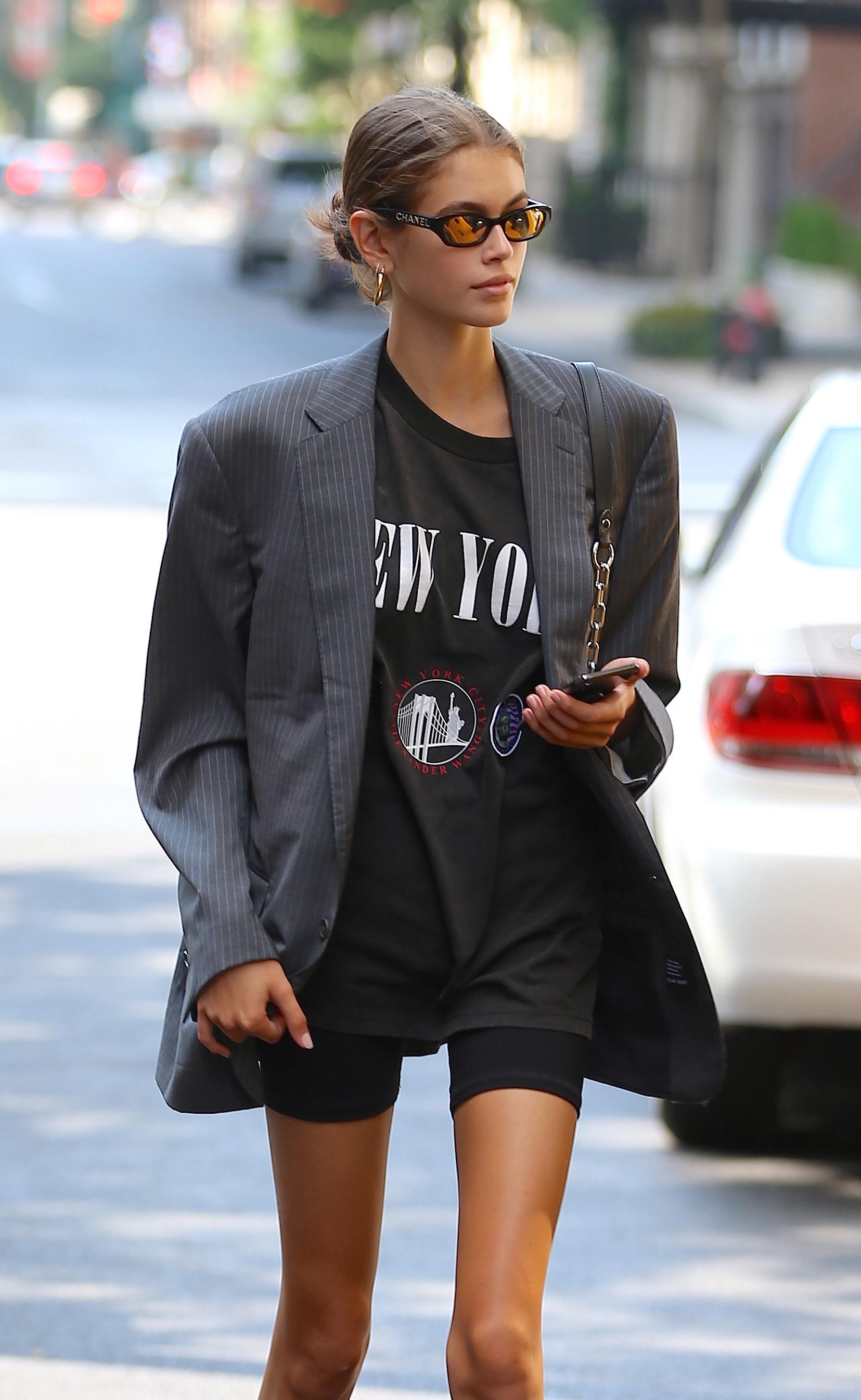 Áo thun phối cùng quần bike shorts vào áo blazer