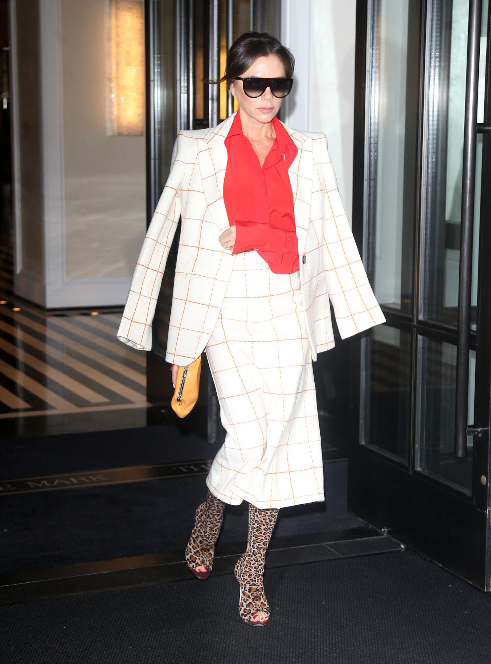 Victoria Beckham phối đồ công sở áo đỏ blazer skirt trắng