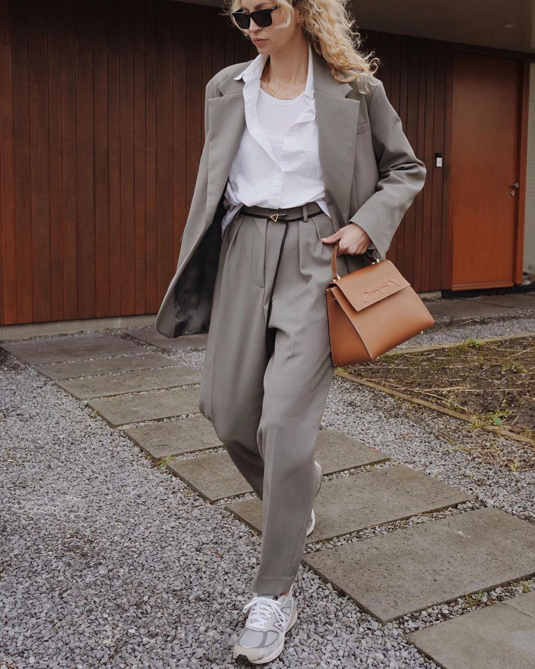 cô gái tóc vàng phối đồ layer với suit xám và áo trắng