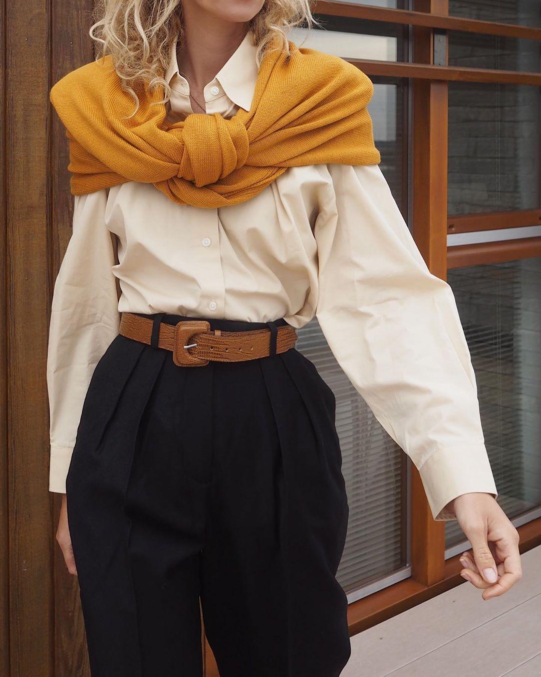 cô gái phối layer với áo sơ mi vàng nhạt và choàng áo sweater