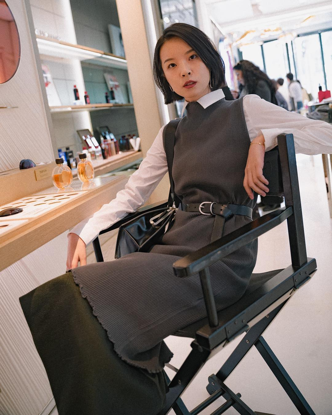 phối layer với váy dạng yếm xám công sở