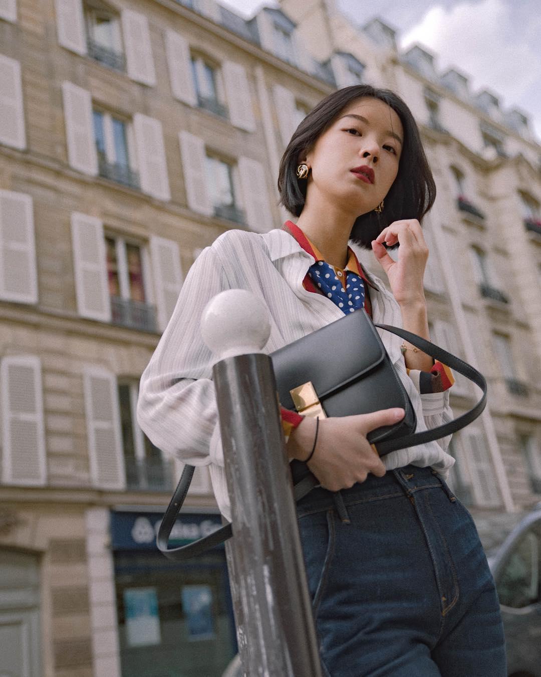 cô gái phối đồ layer với sơ mi trắng áo thun nhiều màu và phụ kiện