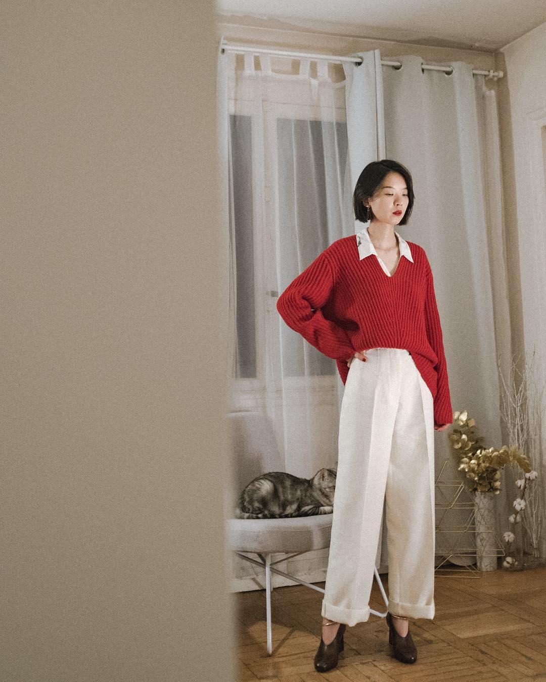 cô gái tóc ngắn phối đồ layer với sweater đỏ áo trắng