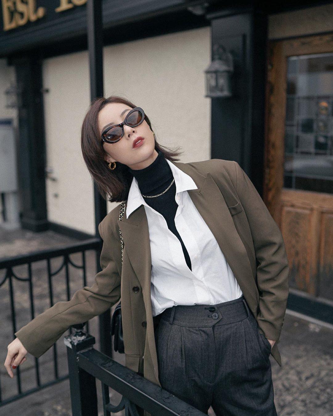 cô gái phối đồ layer 3 lớp áo blazer nâu sơ mi trắng và áo cổ lọ