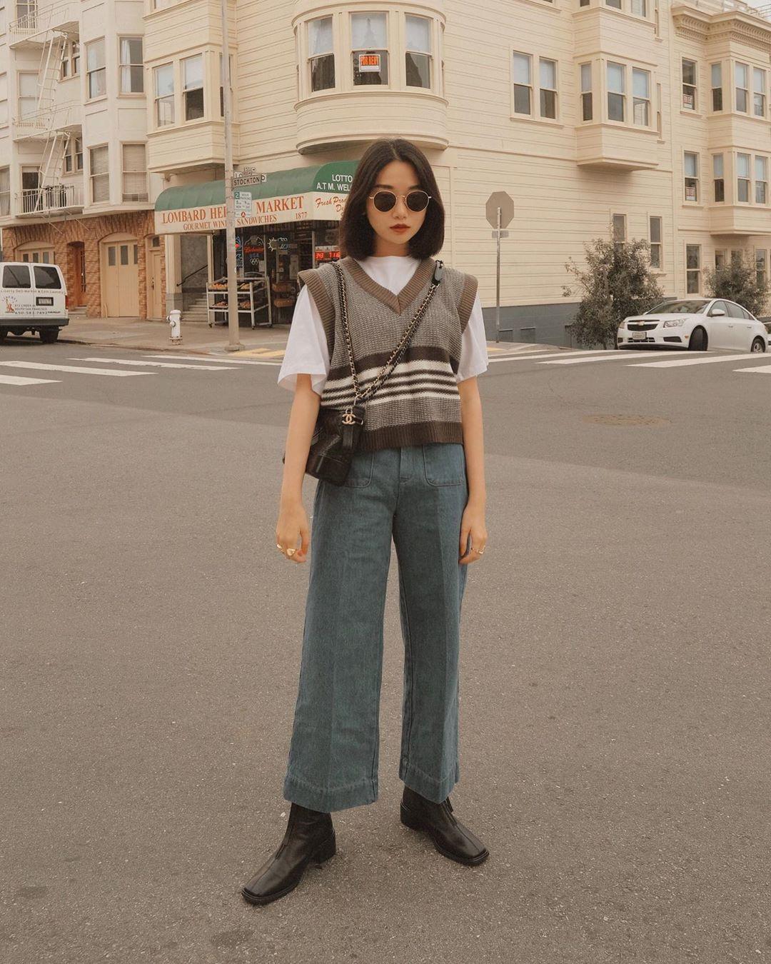 phối đồ layer với sweater vest và áo thun trắng