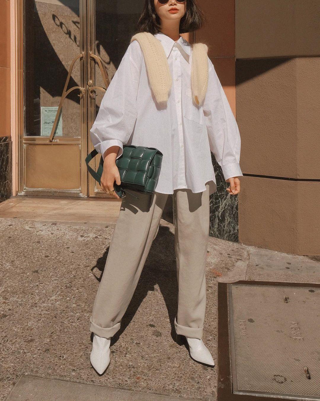 cô gái phối layer với áo sơ mi trắng và choàng áo sweater