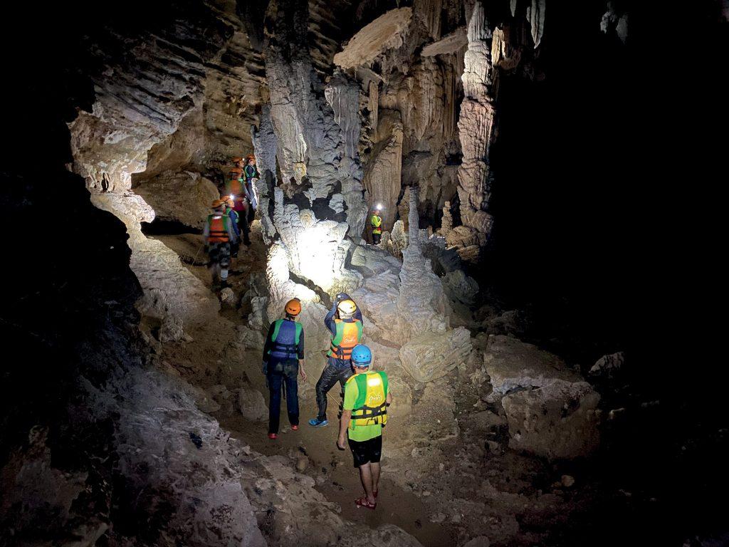 hang động đoàn người thám hiểm