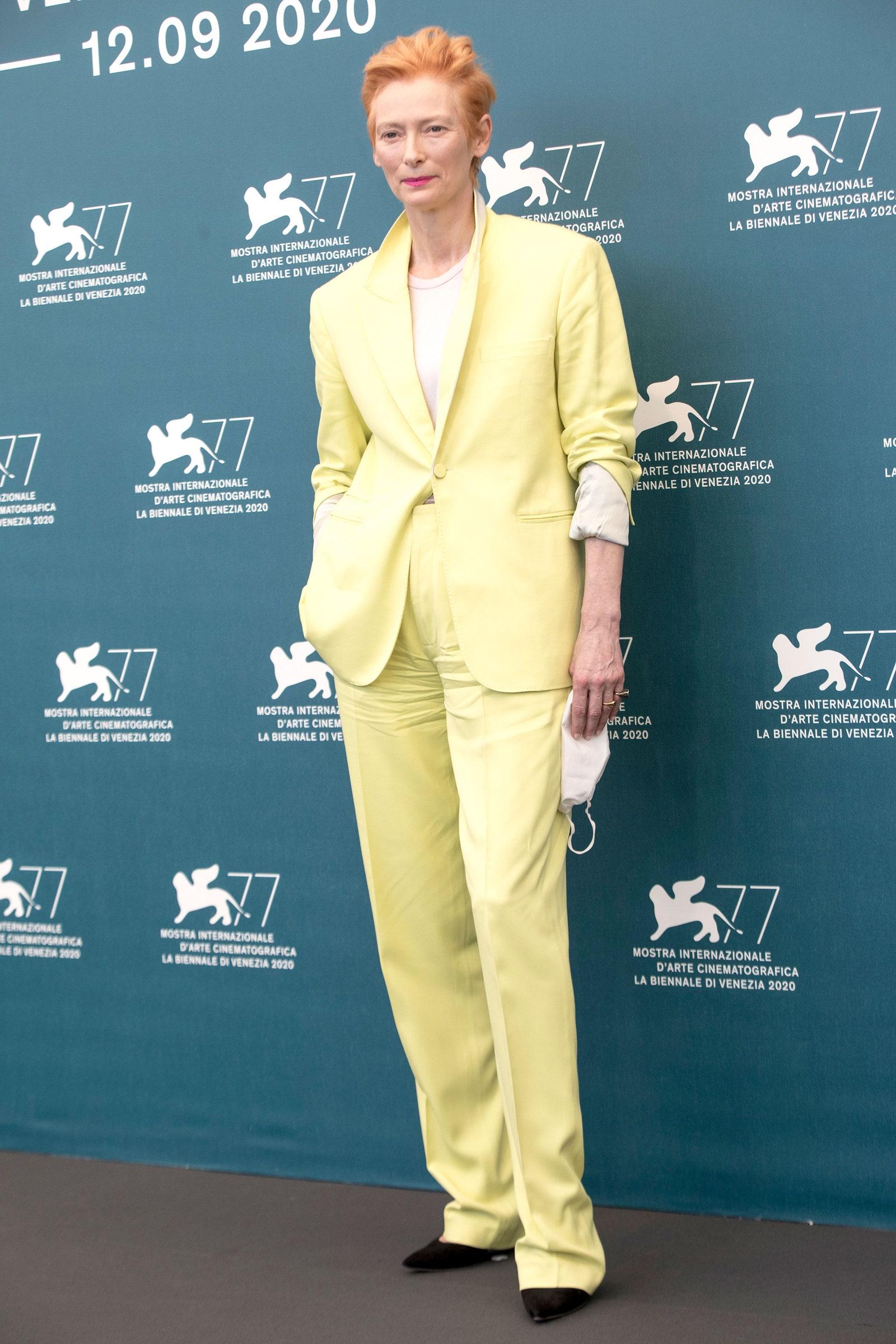 Tilda Swinton cung thời trang vàng chanh tại thảm đỏ Venice