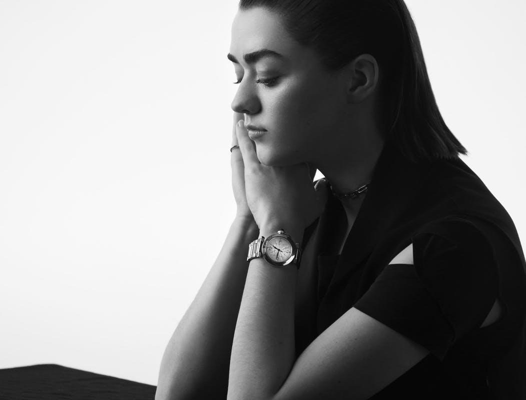 maisie william đeo đồng hồ cartier