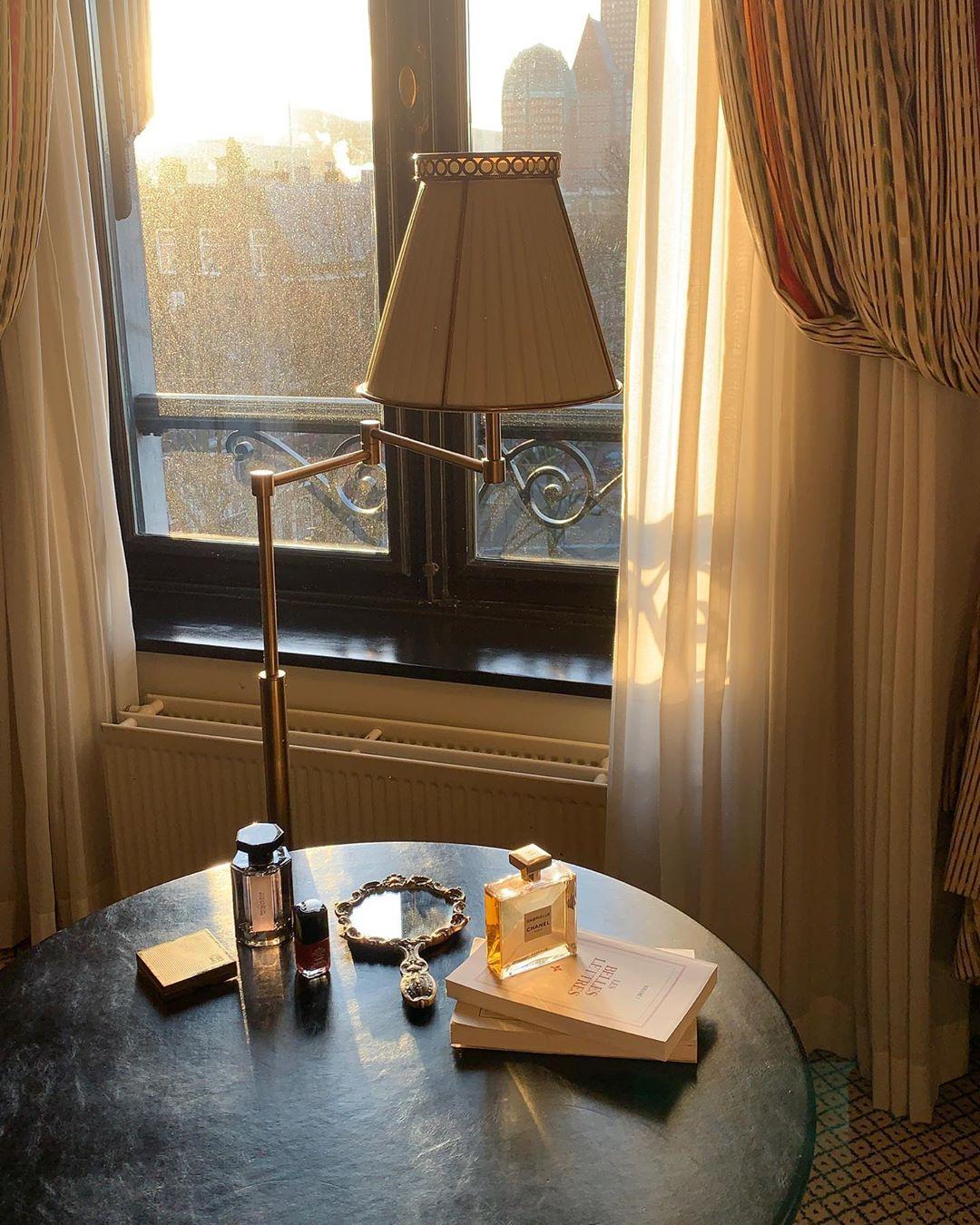 trắc nghiệm túi xách những món đồ trang điểm và sách trên bàn