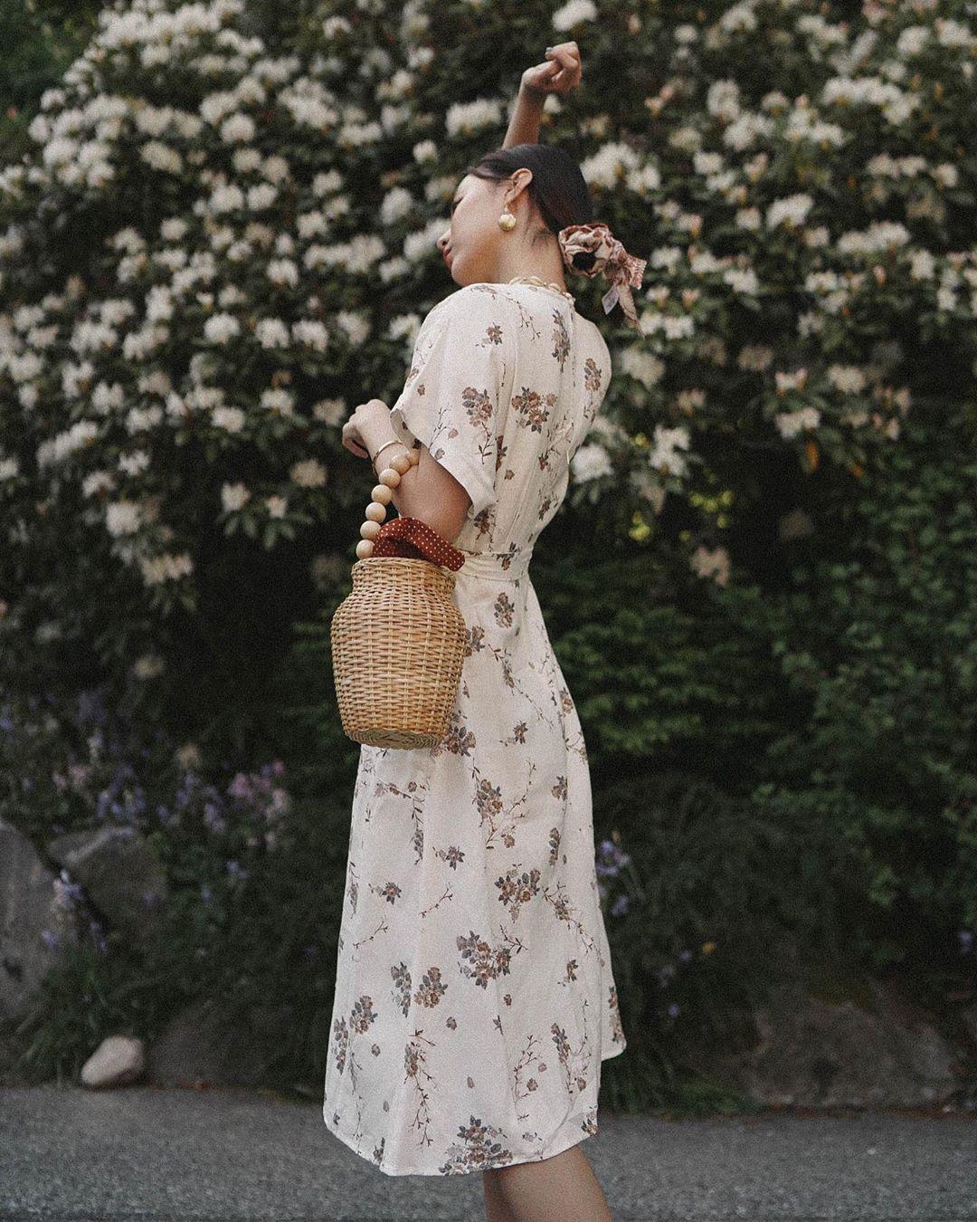 cô gái đeo túi xách bucket bag bằng cói