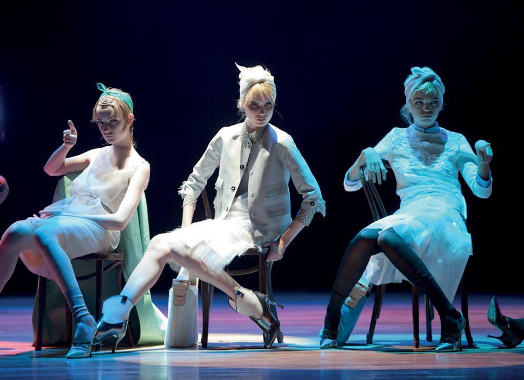thời trang múa đương đại tại sàn catwalk