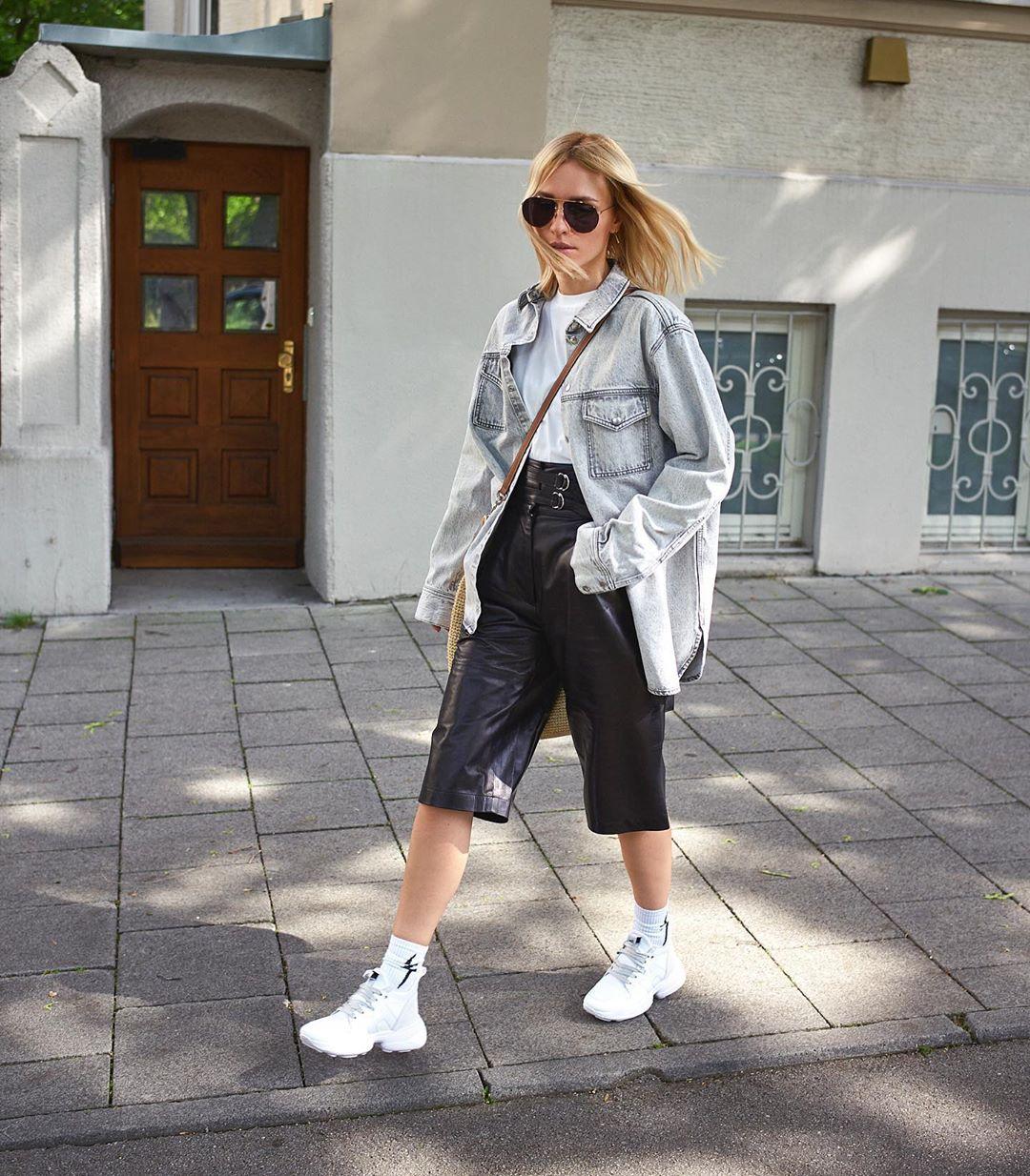 Cô gái phối đồ quần shorts bermuda với áo khoác denim, giày sneakers và tất trắng