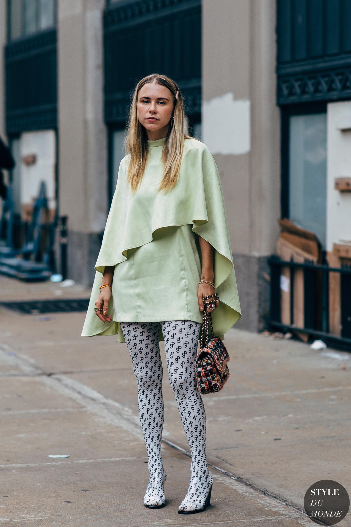 Cô gái phối đồ váy xanh nhạt với tất chân họa tiết