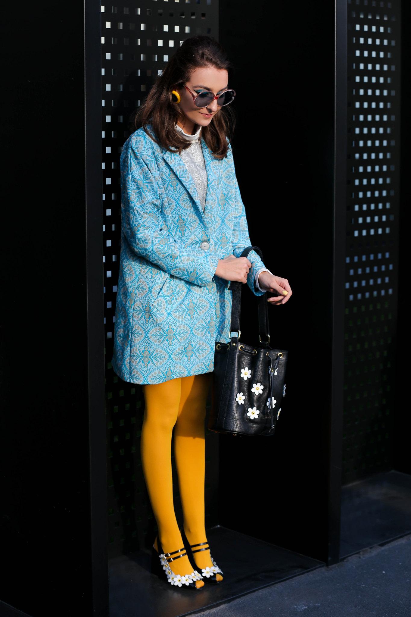 Cô gái phối đồ với tất chân màu vàng và áo khoác xanh