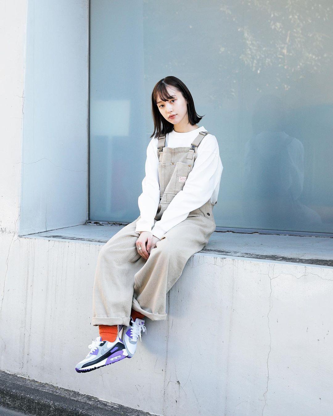 Cô gái phối đồ yếm kaki, áo thun trắng, giày thể thao, tất cam