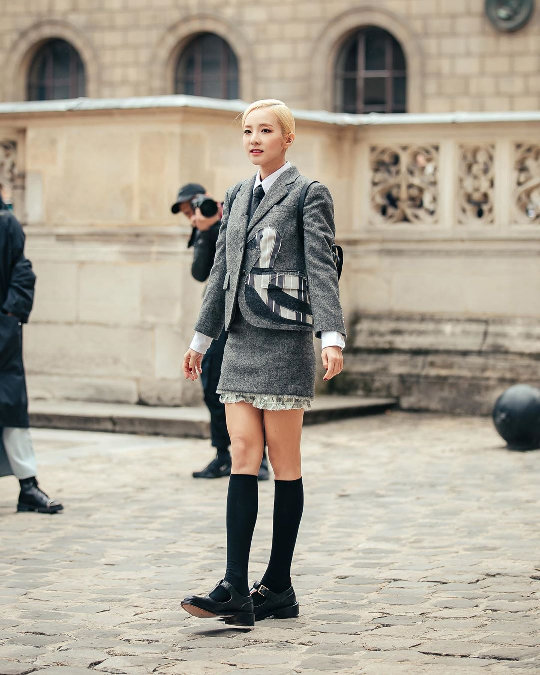 Sandara Park phối đồ âu phục váy kẻ ô, giày oxford và tất đen