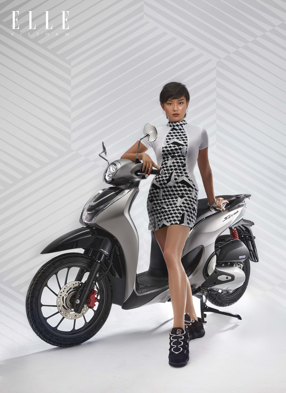 cô gái mặc đầm trắng bên xe sh mode 125cc