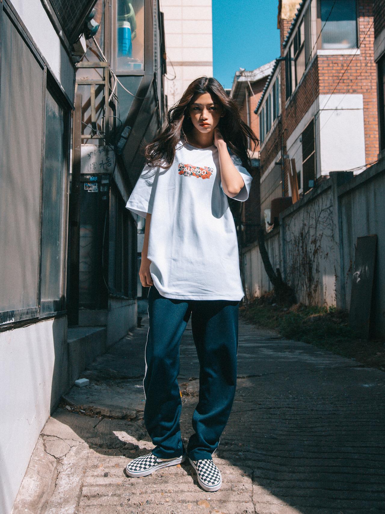 áo phông chữ quần jeans
