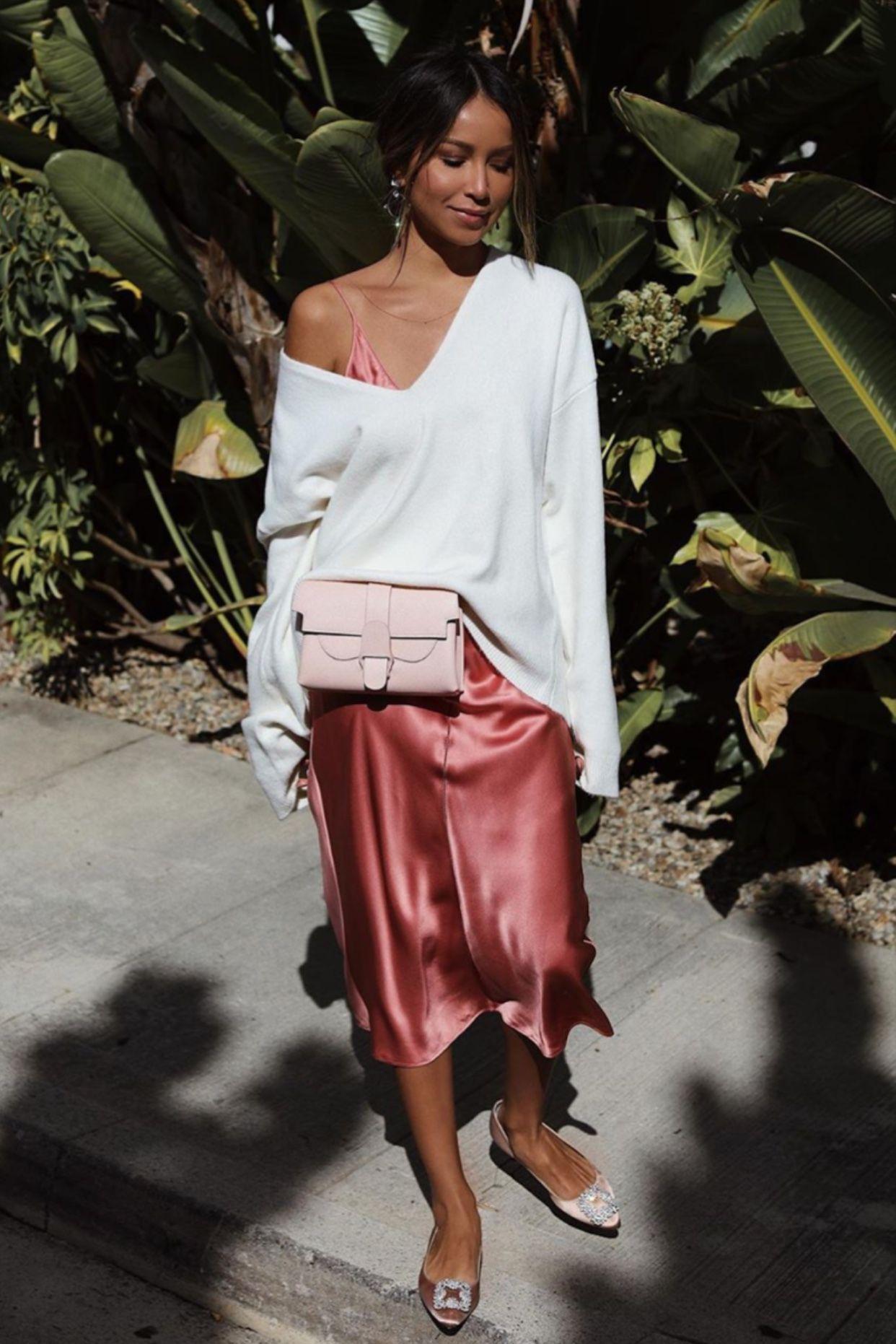 cô gái mặc đầm dây hồng phối sweater trắng