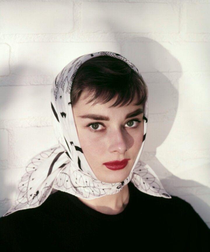 audrey hepburn mặc đẹp với khăn quấn đầu bandana