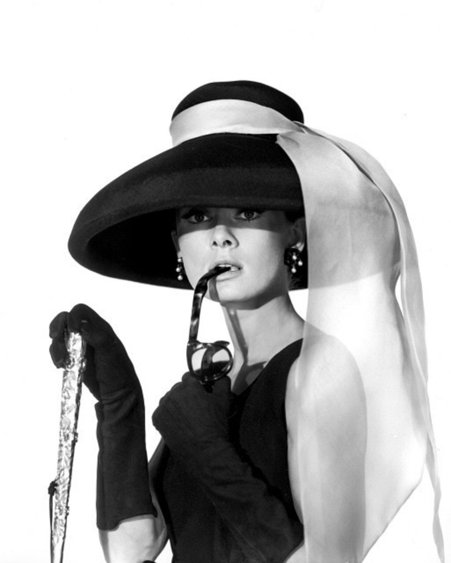 Audrey Hepburn mặc đẹp với mũ rộng vành và khăn bandana