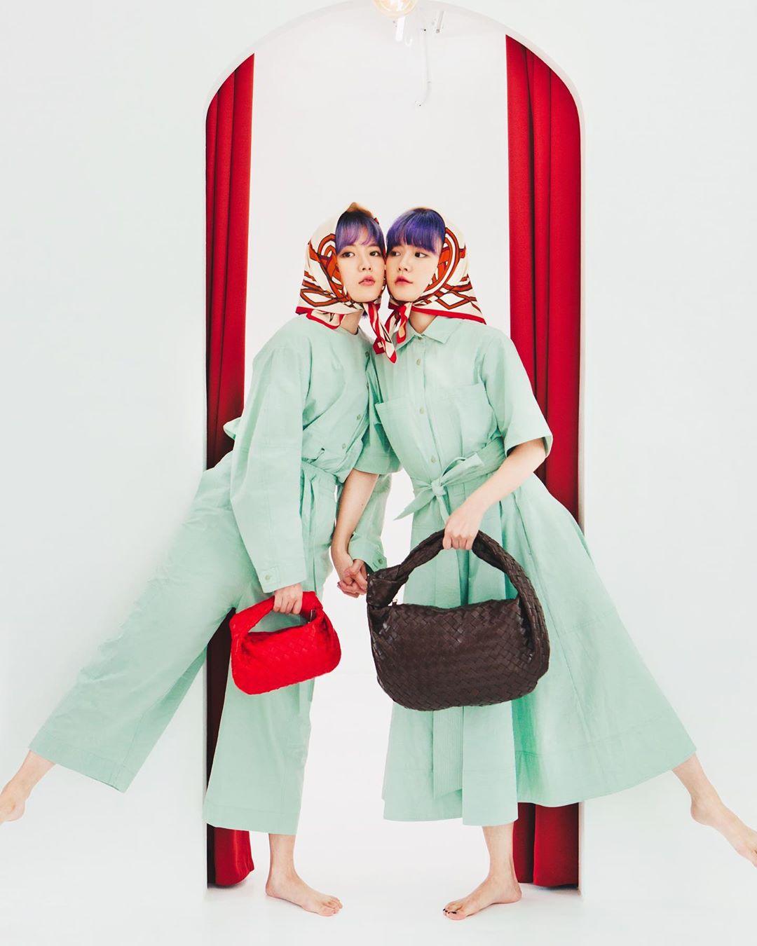 q2han mặc đẹp với khăn bandana quấn đầu màu đỏ