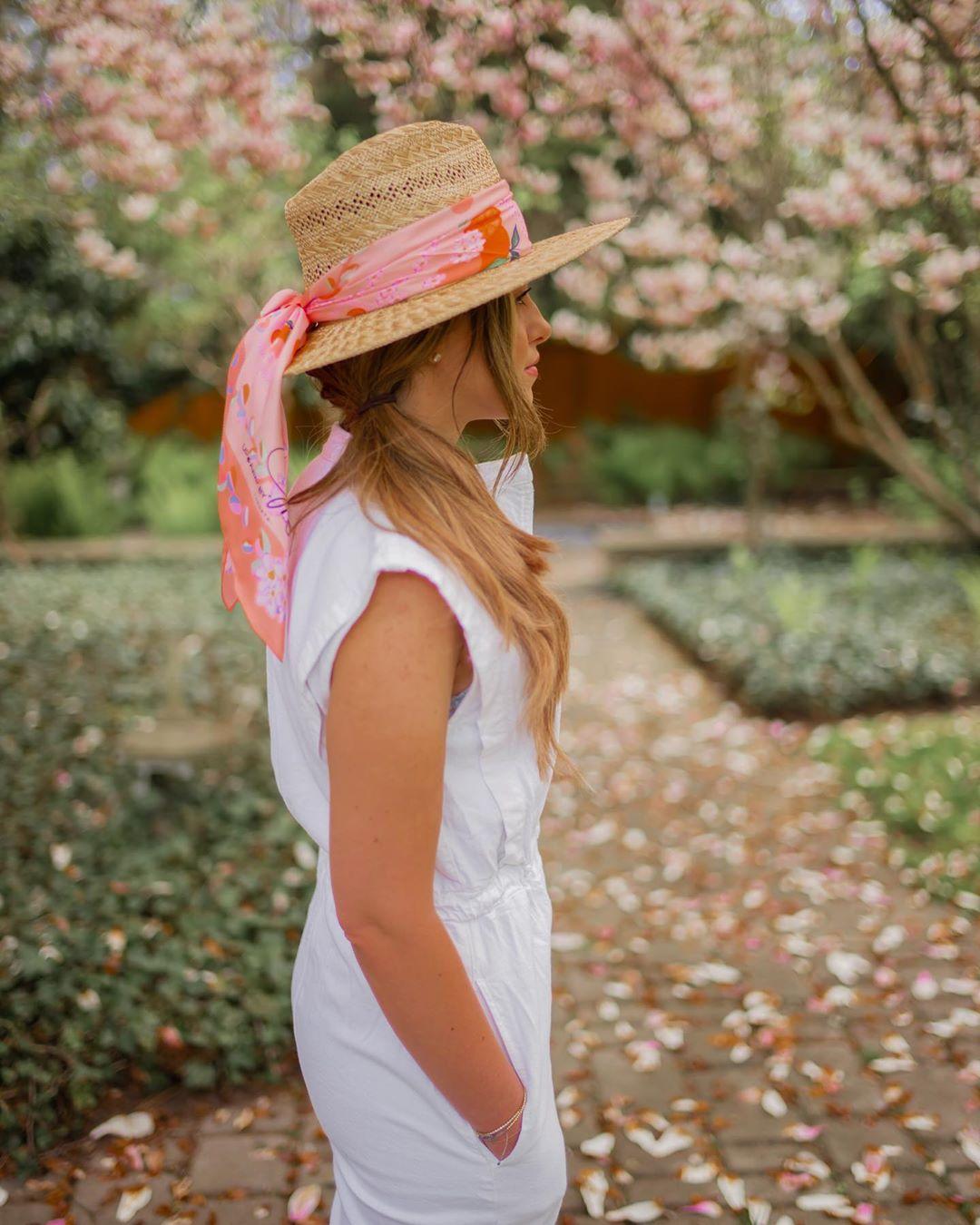 cô gái mặc đẹp với mũ rộng vàng thắt khăn bandana màu đỏ