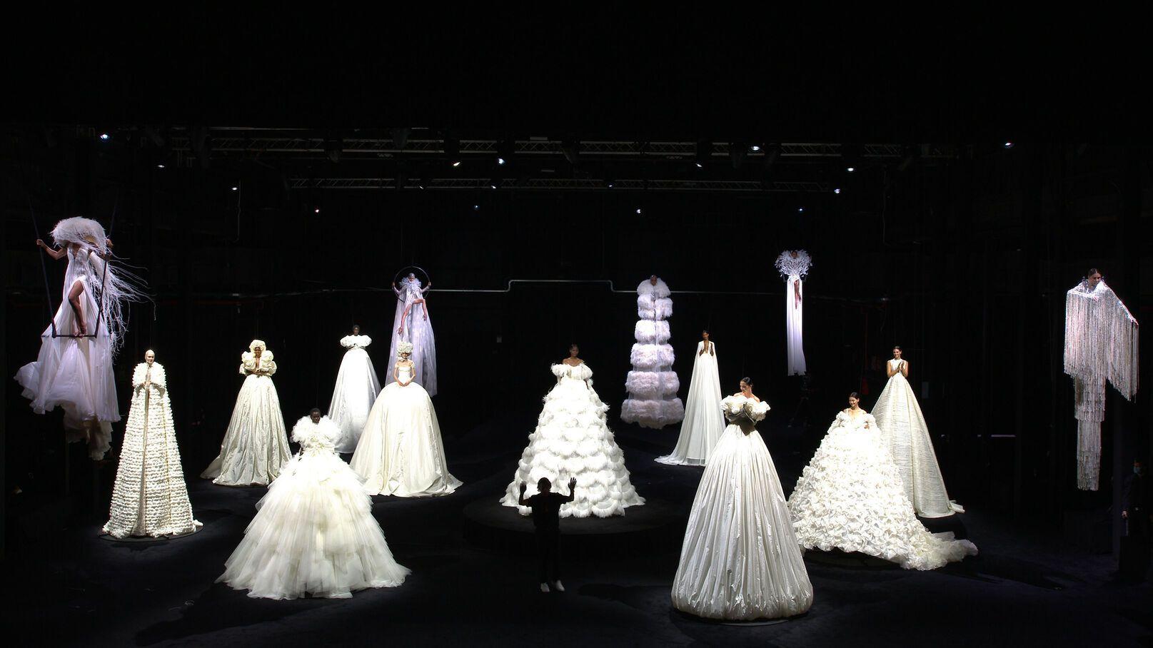 sàn diễn thời trang haute couture thu đông của Valentino
