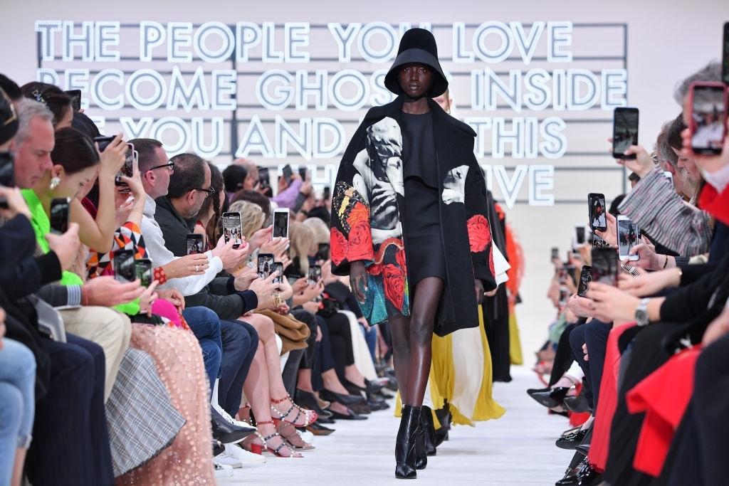 người mẫu trên sàn diễn thời trang paris thu đông 2020 của Valentino