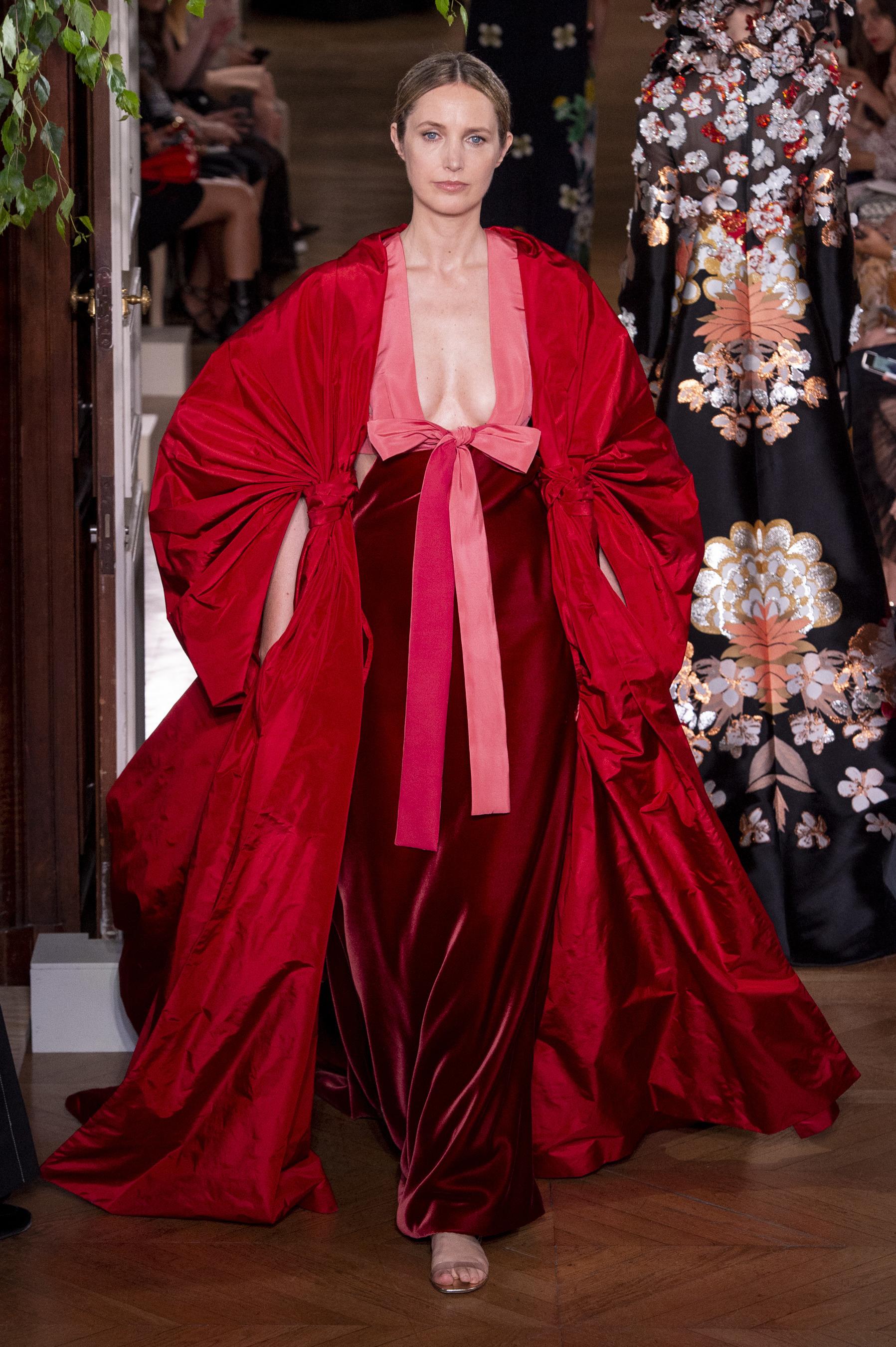 Thiết kế của Valentino trong BST Haute Couture Thu - Đông 2019/2020 trên sàn diễn Tuần lễ thời trang Paris.